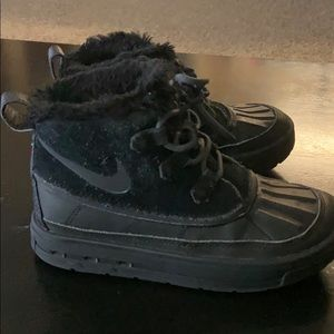 Little girls size 1 y Nike snow boot